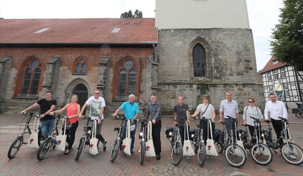Die Teilnehmer der Radelaktion nehmen ihre E-Bikes in Empfang. Quelle: Florian Petrow