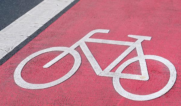 Fahrradsymbol auf rotem Radweg
